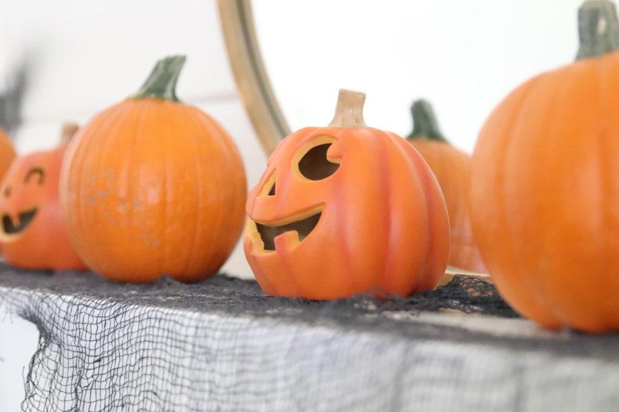 Halloween pumpkin mantel
