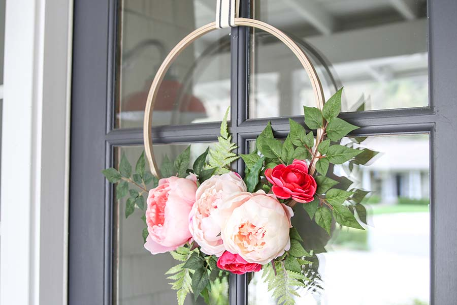 DIY Modern Embroidery Hoop Wreath Tutorial. Quick and easy project for spring. Fresh front door project